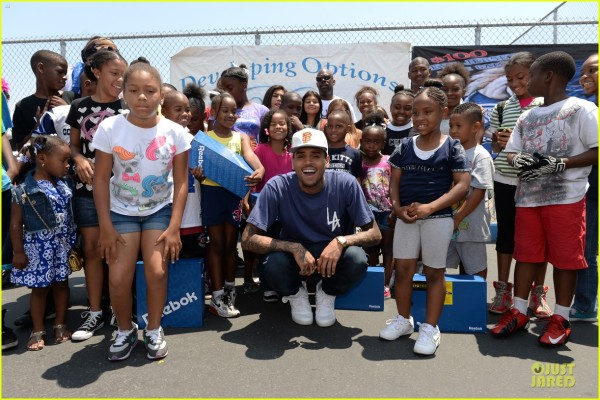 chris-brown-walk-everywhere-in-unity-shoes-event-06
