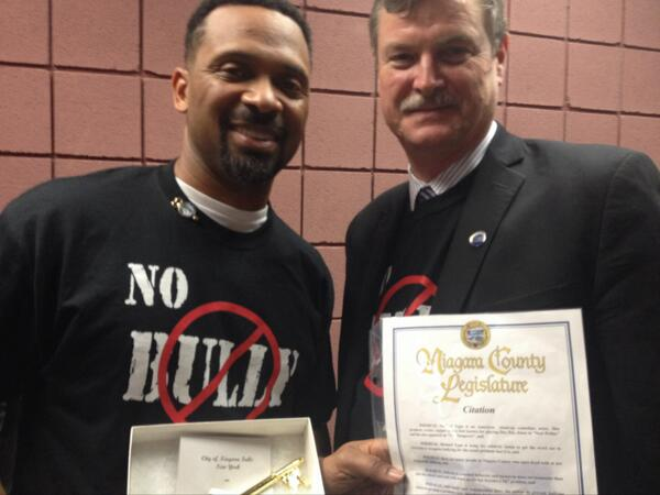 Mike Epps with Niagara Falls Mayor Paul Dyster handing over the key to the city and a Proclamation. Image Credit: Mike Epps Twitter Page