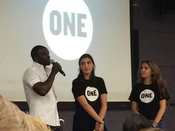 Akon with USC students on campus this month. Image Courtesy: veooz.com